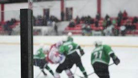 Squadre di hockey rivali che fanno concorrenza sulla pista di pattinaggio sul ghiaccio per prendere il disco e per segnare uno sc archivi video