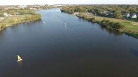 Squadre e barche a vela di rematura sul bottaio River New Jersey archivi video