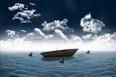 Squali che circondano piccola barca nel mare Immagini Stock