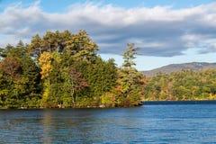 Squam sjö på en oktober morgon Arkivfoton