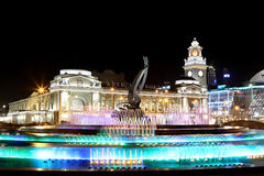 Square of  Europe, Animated fountain and Kiyevskaya railway station  lit at night, Moscow, Russia Stock Photo