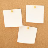 Square paper notes over cork board Royalty Free Stock Photos