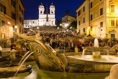 Square Piazza di Spagna,喷泉Fontana della Barcaccia在罗马 图库摄影