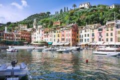 Square Piazzetta Di Portofino, Italië, Genua, Ligurië, 09 augustus, 18: Weergeven van de haven aan het hoofdvierkant van Portofin stock afbeelding