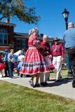Squares dances de los pares del jubilado en el evento al aire libre Fotografía de archivo libre de regalías