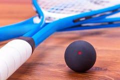 Squashracket och boll fotografering för bildbyråer