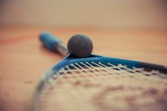 squashracket och bollar på domstolen fotografering för bildbyråer