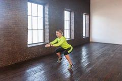 squat Γυναίκα δραστηριότητας που κάνει aeribic Εξισορρόπηση στο toe Στοκ Φωτογραφίες