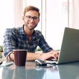 Squate disparou de um estudante novo que sorri na câmera Imagens de Stock Royalty Free