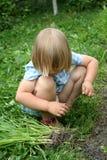 squating的女孩 免版税图库摄影