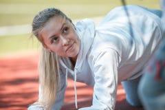 squatting jonge beauty girl do exercises bij het stadion Royalty-vrije Stock Fotografie