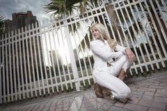 squatting kvinna för staket Royaltyfria Foton