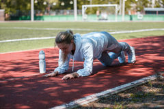 squatting a menina nova da beleza faz exercícios no estádio Foto de Stock