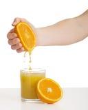 squeezes för handfruktsaftorange Arkivfoto