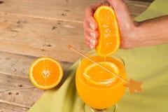 Squeezing natural orange juice Royalty Free Stock Photos