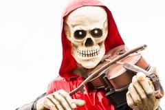 Squelette avec le cap rouge jouant le violon chez Oktoberfest Images libres de droits