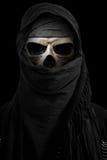 Squelette dans le voile noir avec l'environnement foncé Photographie stock libre de droits