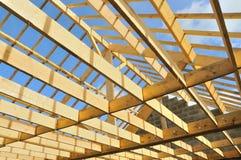 Squelette en bois d'une maison dans la construction Images libres de droits