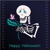 Squelette gai avec une fleur sur le fond foncé Photographie stock