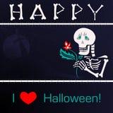 Squelette heureux avec une fleur sur le fond du cimetière la nuit Photo libre de droits