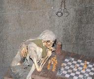 Squelette jouant des échecs Image stock