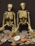 Squelettes et pièces de monnaie Images libres de droits