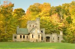 Squire& x27; castello di s con il fondo degli alberi di autunno fotografia stock libera da diritti