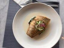 squisitezza pesce su spinaci classico del branzino fotografie stock