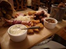 Squisitezze della carne delle salsiccie rassodate della birra varie immagine stock
