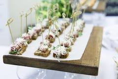 Squisitezze e spuntini ad un buffet Fotografia Stock Libera da Diritti