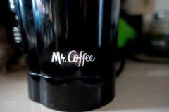 Sr. Moedor elétrico do café no contador fotos de stock