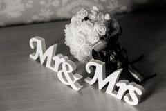 Sr. y señora letras en fondo nupcial del ramo imagen de archivo libre de regalías