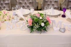 Sr. y señora signs con las flores Imagen de archivo