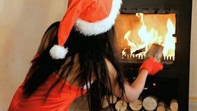 A Sra. Claus dá a madeira no fogão filme