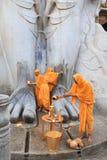 SRAVANABELGOLA, KARNATAKA, em maio de 2016, padres oferecem a adoração à estátua gigantesca de Bahubali, monte de Chandragiri Fotografia de Stock
