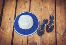 Sraw帽子和拖鞋 库存照片
