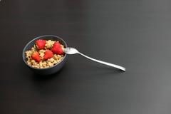 Srawberries和剥落在碗 免版税库存图片