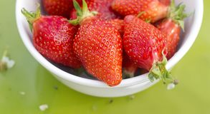 Srawberries в белом шаре на зеленом цвете Стоковые Фотографии RF
