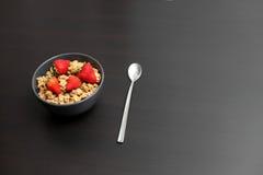Srawberries und Flocken in einer Schüssel lizenzfreies stockfoto