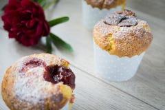 Srawberry en vanillemuffins Stock Afbeeldingen