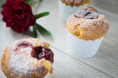 Srawberry och vaniljmuffin Arkivbilder
