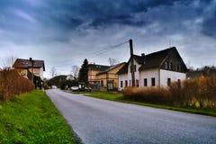 Srbska Kamenice,捷克共和国- 2017年4月08日:白色邮寄的房子在山村在春天 图库摄影