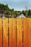 Srbska Kamenice, repubblica Ceca - 8 aprile 2017: copra il cottage dietro un recinto di legno vicino ad una prospettiva rocciosa fotografie stock