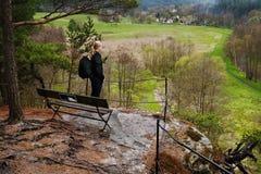 Srbska Kamenice, repubblica Ceca - 8 aprile 2017: Il fotografo Jiri Igaz guarda dalla prospettiva della roccia alla riserva natur Fotografie Stock