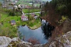 Srbska Kamenice, Tsjechische republiek - 08 April, 2017: nieuwe huizen bij smal meer in de lente natuurlijke reserve Arba op toer Royalty-vrije Stock Afbeeldingen