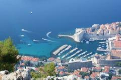 从Srd小山的老镇港口视图 杜布罗夫尼克市 克罗地亚 免版税库存图片