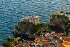 从Srdj的顶端山的看法对圣劳伦斯堡垒的在老镇在杜布罗夫尼克,克罗地亚 库存图片