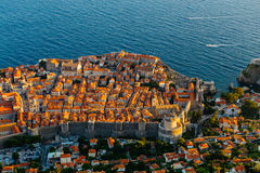从Srdj的顶端山的看法对城市的老部分的在堡垒在杜布罗夫尼克,克罗地亚 免版税库存图片
