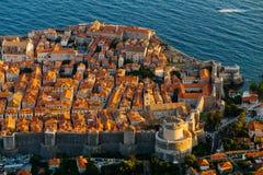 从Srdj的顶端山的看法对城市的老部分的在堡垒在杜布罗夫尼克,克罗地亚 免版税库存照片