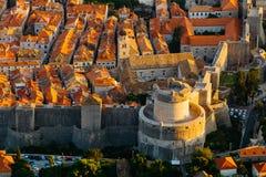 从Srdj的顶端山的看法对Minceta塔的在城市的老部分在杜布罗夫尼克,克罗地亚 免版税库存照片
